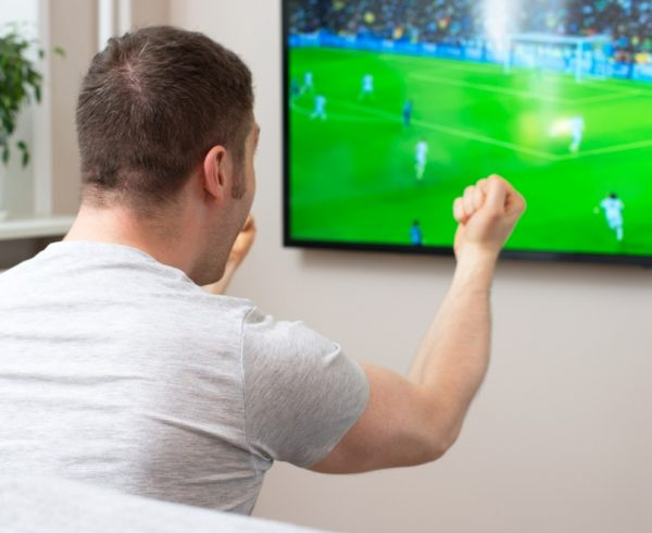 Mann freut sich über Fussball auf Sky