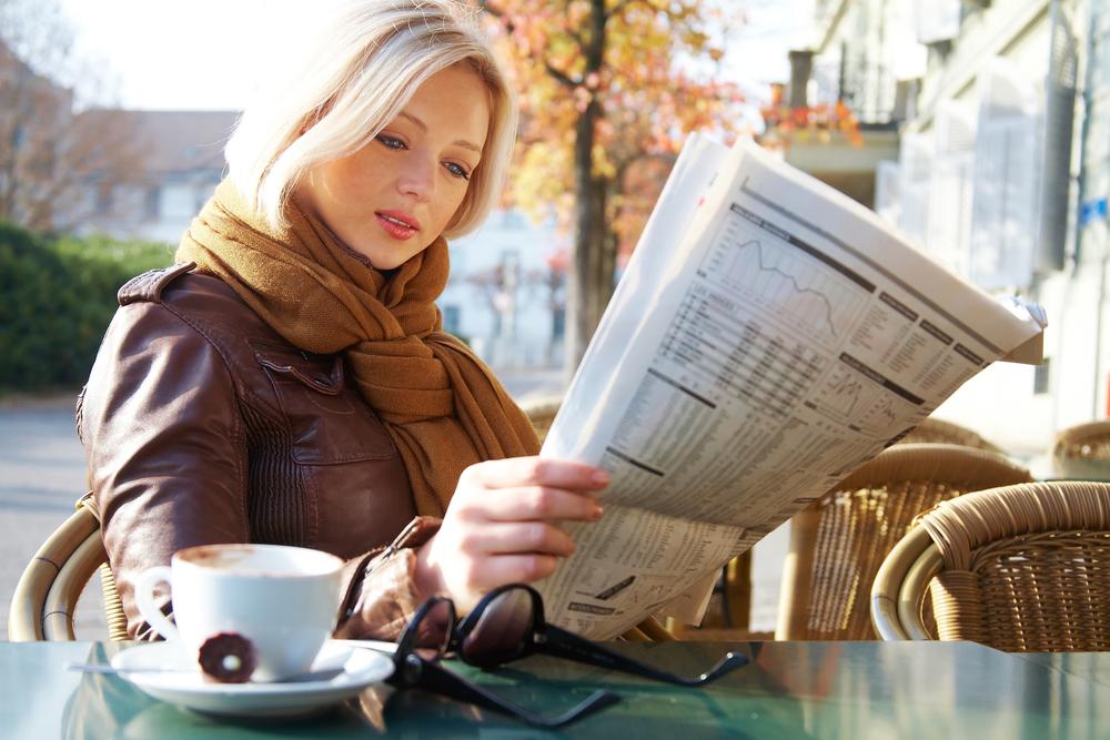 Frau liest Kronen Zeitung im Abo